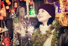 Retrato de adolescente con las guirnaldas de la Navidad Foto de archivo
