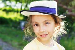 Retrato de adolescente hermoso sonriente en sombrero, contra el verde del parque del verano Foto de archivo libre de regalías
