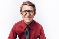 Retrato de adolescente lindo sonriente en el fondo blanco, en camisa roja, anuncio, parte movible del texto Imagenes de archivo
