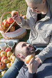 Retrato de adultos con las manzanas y de sandwitches en naturaleza Fotografía de archivo libre de regalías