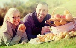Retrato de adultos con las manzanas y de sandwitches en naturaleza Fotografía de archivo