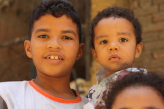Retrato de algunos muchachos que juegan en Giza, Egipto Foto de archivo libre de regalías