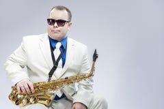 Retrato de Alto Saxophone Player masculino expresivo apasionado adentro fotos de archivo