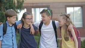 Retrato de alumnos felices mientras que va a ense?ar metrajes