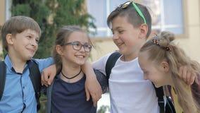 Retrato de alumnos felices mientras que va a ense?ar almacen de video