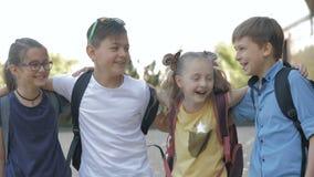 Retrato de alunos felizes ao ir educar video estoque