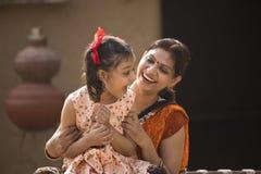 Retrato de amar la madre y a la hija indias en el pueblo imagenes de archivo