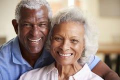 Retrato de amar os pares superiores que sentam-se em Sofa At Home Together imagem de stock royalty free