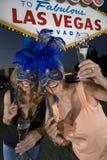 Retrato de amigos fêmeas com Champagne And Carnival Masks fotos de stock royalty free