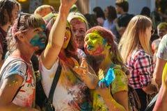 Retrato de amigos felices en el festival del color del holi que hace selfi Foto de archivo libre de regalías