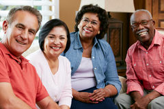 Retrato de amigos mayores en casa junto imágenes de archivo libres de regalías