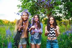 Retrato de amigos sonrientes felices el fin de semana al aire libre Tres mejores amigos felices jovenes hermosos que se divierten Fotos de archivo libres de regalías