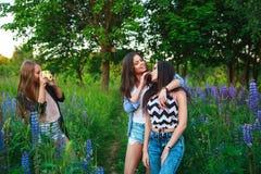 Retrato de amigos sonrientes felices el fin de semana al aire libre Tres mejores amigos felices jovenes hermosos que se divierten Foto de archivo libre de regalías