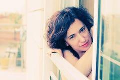 Retrato de 35 anos bonitos da mulher adulta Fotos de Stock Royalty Free