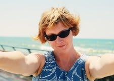 Retrato de 35 anos bonitos da mulher adulta Fotos de Stock