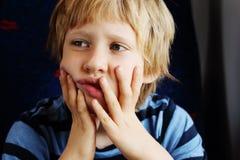 Retrato de 7 anos bonitos do menino idoso Fotos de Stock