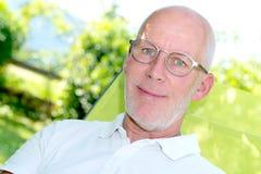 Retrato de 55 anos consideráveis do ancião com monóculos Fotos de Stock