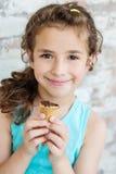 Retrato de 6 anos de menina idosa da criança que come o gelado saboroso Fotografia de Stock Royalty Free