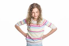 Retrato de 9 anos de menina idosa com cabelo encaracolado, isolado no branco Foto de Stock