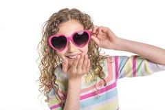 Retrato de 9 anos de menina idosa com cabelo encaracolado, isolado no branco Imagem de Stock