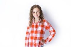 Retrato de 9 anos de menina idosa com cabelo encaracolado, no branco Foto de Stock Royalty Free