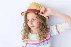 Retrato de 9 anos de menina idosa com cabelo encaracolado, no cinza Imagens de Stock Royalty Free
