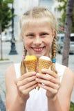 Retrato de 7 anos de menina idosa da criança que come o gelado saboroso na cidade Fotos de Stock