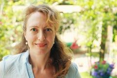 Retrato de 40 anos reais bonitos da mulher adulta Fotografia de Stock