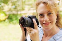 Retrato de 40 anos reais bonitos da mulher adulta Fotos de Stock Royalty Free