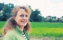 Retrato de 40 anos reais bonitos da mulher adulta Fotografia de Stock Royalty Free