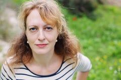 Retrato de 40 anos reais bonitos da mulher adulta Imagens de Stock Royalty Free