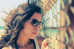 Retrato de 35 anos sérios bonitos da mulher adulta Foto de Stock