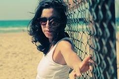 Retrato de 35 anos sérios bonitos da mulher adulta Fotos de Stock