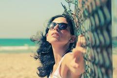 Retrato de 35 anos sérios bonitos da mulher adulta Imagens de Stock