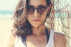 Retrato de 35 anos sérios bonitos da mulher adulta Foto de Stock Royalty Free