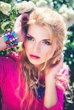 Retrato de arbustos cor-de-rosa brancos próximo de florescência da jovem mulher Fotos de Stock Royalty Free