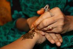 Retrato de Asia, la India un designsi del hennè fotos de archivo