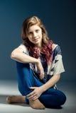 Retrato de assento da forma da menina bonita nova Imagens de Stock Royalty Free