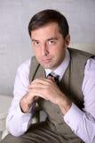 Retrato de assento seguro do homem de negócio - foto conservada em estoque Imagens de Stock Royalty Free