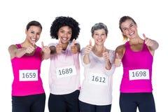 Retrato de atletas de sexo femenino alegres con los pulgares para arriba Imágenes de archivo libres de regalías