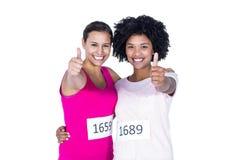 Retrato de atletas de sexo femenino felices con los pulgares para arriba Foto de archivo