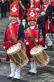 Retrato de bateristas medievais das mulheres dos soldados na rua Imagens de Stock