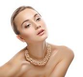 Retrato de BBeauty. Menina com colar. Pele fresca perfeita. fotografia de stock royalty free