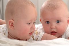 Retrato de bebês gêmeos imagens de stock