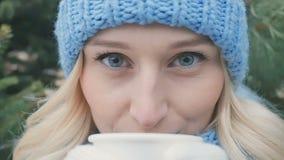Retrato de bebidas consideravelmente louras um chá quente vídeos de arquivo