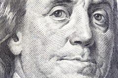 Retrato de Benjamin Franklin en cientos cierres-u del billete de dólar imagenes de archivo