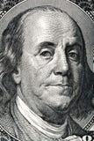 Retrato de Benjamin Franklin en los cientos billetes de dólar imagenes de archivo