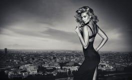 Retrato de Black&white de um louro encantador imagem de stock