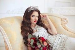 Retrato de boda moreno hermoso de la novia Maquillaje rojo de los labios largo Imagenes de archivo