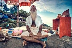 Retrato de brâmane indiano não identificado na praia fotografia de stock royalty free